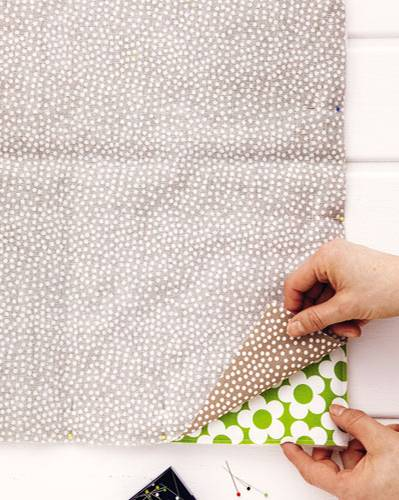Kanten der Decke zusammenstecken