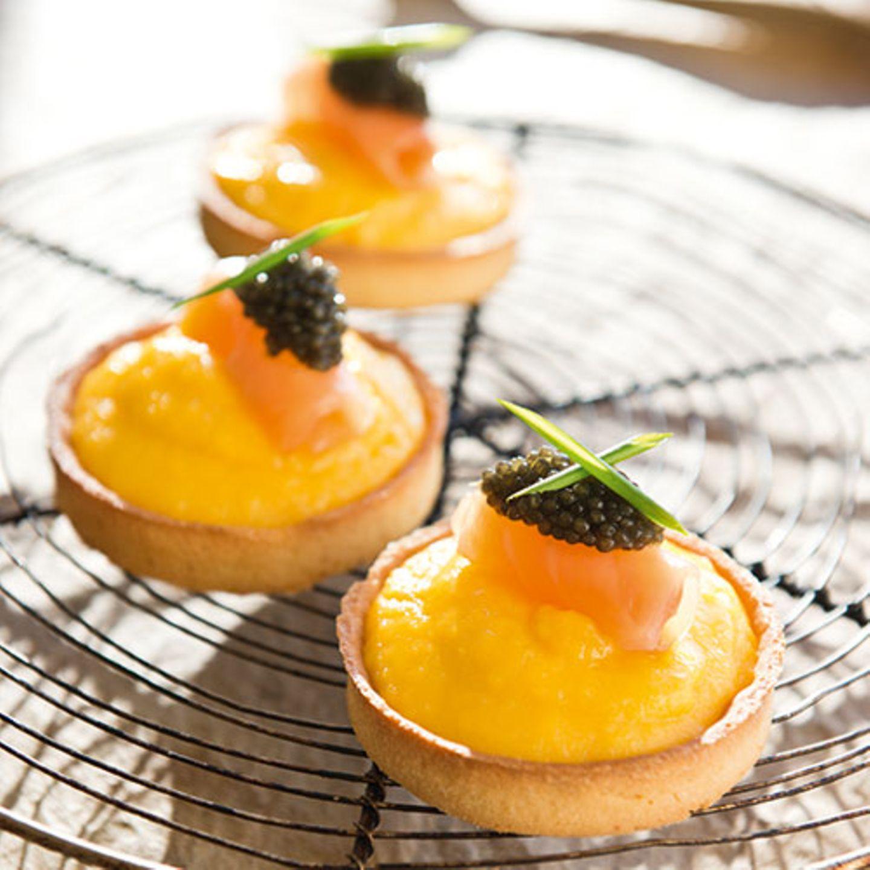 Mini-Tartelettes mit cremigem Rührei und Kaviar