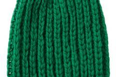 Patenter Kopfschmuck - und ein Geschenk, das in allen Farben richtig gut ankommt. Die Mütze im Patentmuster stricken wir gleich in mehreren Farben.  Zur Anleitung: Mütze im Patentmuster stricken.