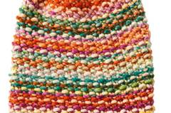 Jede Masche eine Perle. Und der warme Farbmix macht gute Laune. Diese bunte Mütze im Perlmuster stricken Sie im Handumdrehen. Zur Anleitung: Bunte Mütze im Perlmuster stricken.
