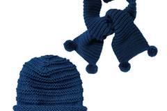 Süsses doppel für stilbewusste Mädchen. Mütze und passender Schal in edlem Dunkelblau, beide in Rippenmuster gestrickt; der Schal hat am Ende kleine Bommel. Zur Strickanleitung: Mütze und Schal mit Rippenmuster stricken