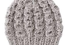 Eine Trendkombination für den Winter sind feminine Chiffonstoffe mit Grobstrick. Die hellgraue Mütze im Zopfmuster und ein passender extra lange Schal sind ein kuscheliges Duo, das - mit ein bisschen Ehrgeiz - auch ungeübte Strickerinnen hinkriegen. Zur Strickanleitung: Dicke Mütze mit Zopfmuster stricken