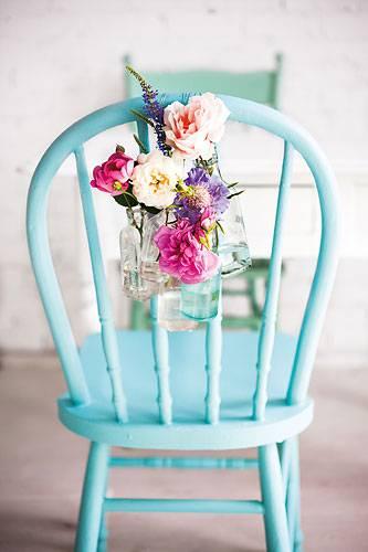 Stuhldeko mit Blumen
