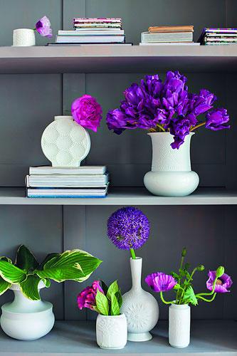 Weiße Vasen mit Blumen