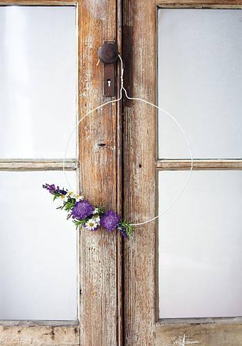 Kleiderbügel-Kranz mit Blumen