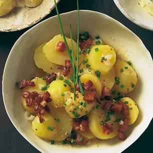 Ganz puristisch: Speck, Schnittlauch und eine Senf-Vinaigrette, mehr braucht dieser Kartoffelsalat nicht. Zum Rezept: Kartoffelsalat mit Speck