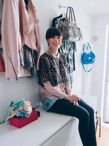 Styling-Tipps: Große Frauen haben es modisch nicht immer leicht. Doch die Hamburgerin Julia Bein macht sich da keinen Kopf. Sie ist stolz auf ihre 1,80 Meter und macht keinen Halt vor hohen Schuhen, knalligen Farben und auffälligen Mustern. Warum sollte sie auch? Doch obwohl der Kleiderschrank der Senior-Account-Managerin bestens gefüllt ist, gehen ihr trotzdem manchmal die Kombinationsideen aus. BRIGITTE-Moderedakteurin Anna Weilberg hat die 28-Jährige zuhause besucht und sechs neue Lieblingslooks zusammengestellt.