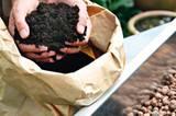 Zuerst eine Drainage aus Blähton in den Kasten füllen, damit das Gießwasser abfließen kann. Darauf eine Lage frischer Blumenerde verteilen.