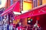 Der Koch singt am Piano und dazu gibt's bodenständige provenzialische Küche zu fairen Preisen. Ein kuscheliger Abend gelingt im Maître Renard (Rue St. Antoine 4) in Cannes Altstadt Gässchen garantiert.