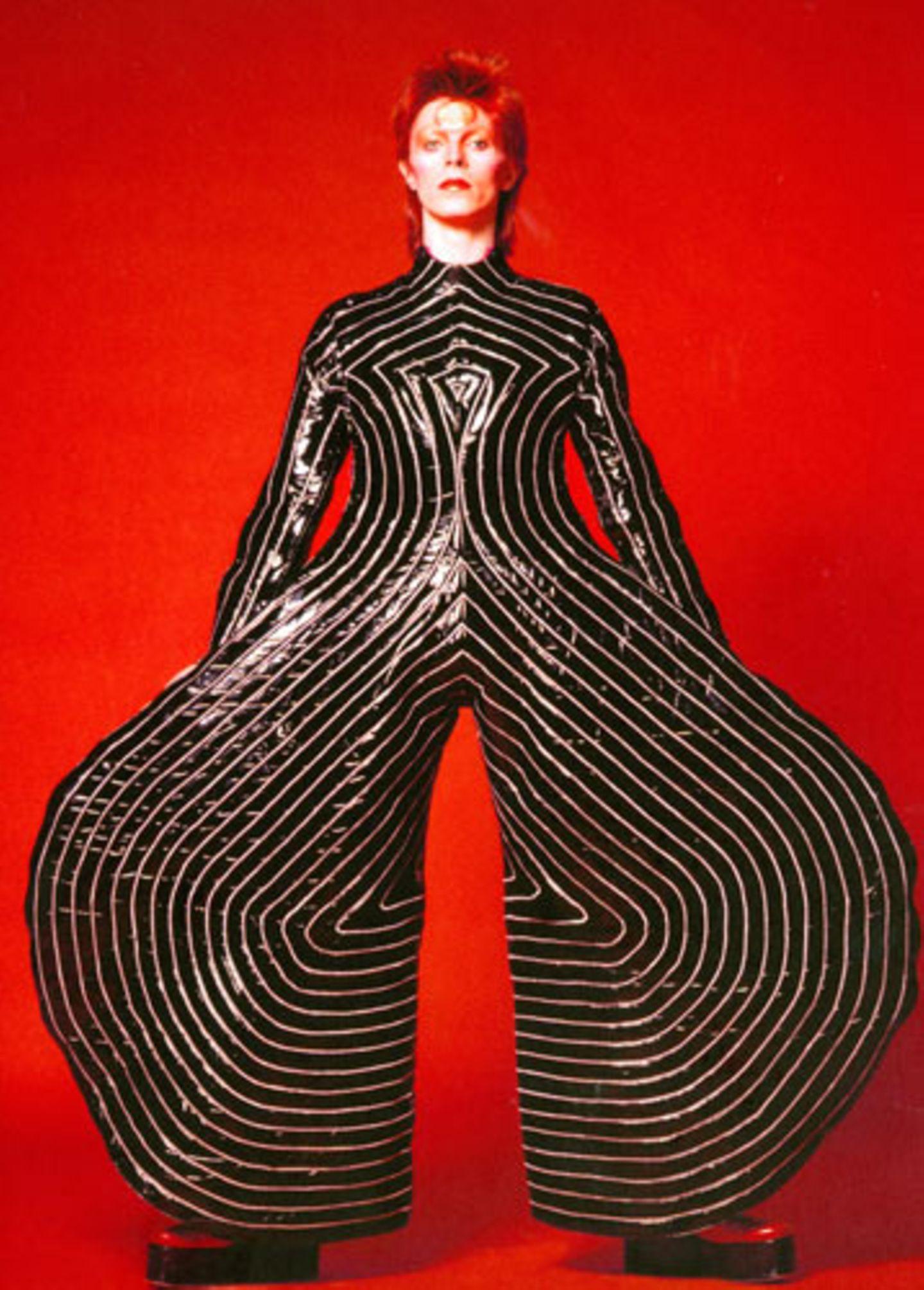 Gestreifter Anzug für die Aladdin-Sane-Tour, 1973 Entworfen von Kansai Yamamoto Fotografie von Masayoshi Sukita