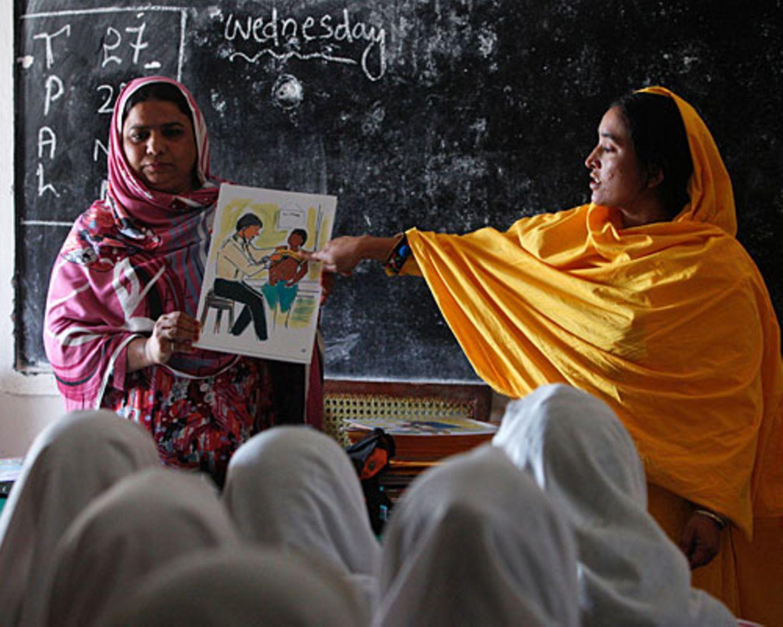 Pakistan: Lehrerinnen geben Sexualkunde-Unterricht