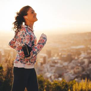 Beim Sport gut aussehen: Frau beim Joggen