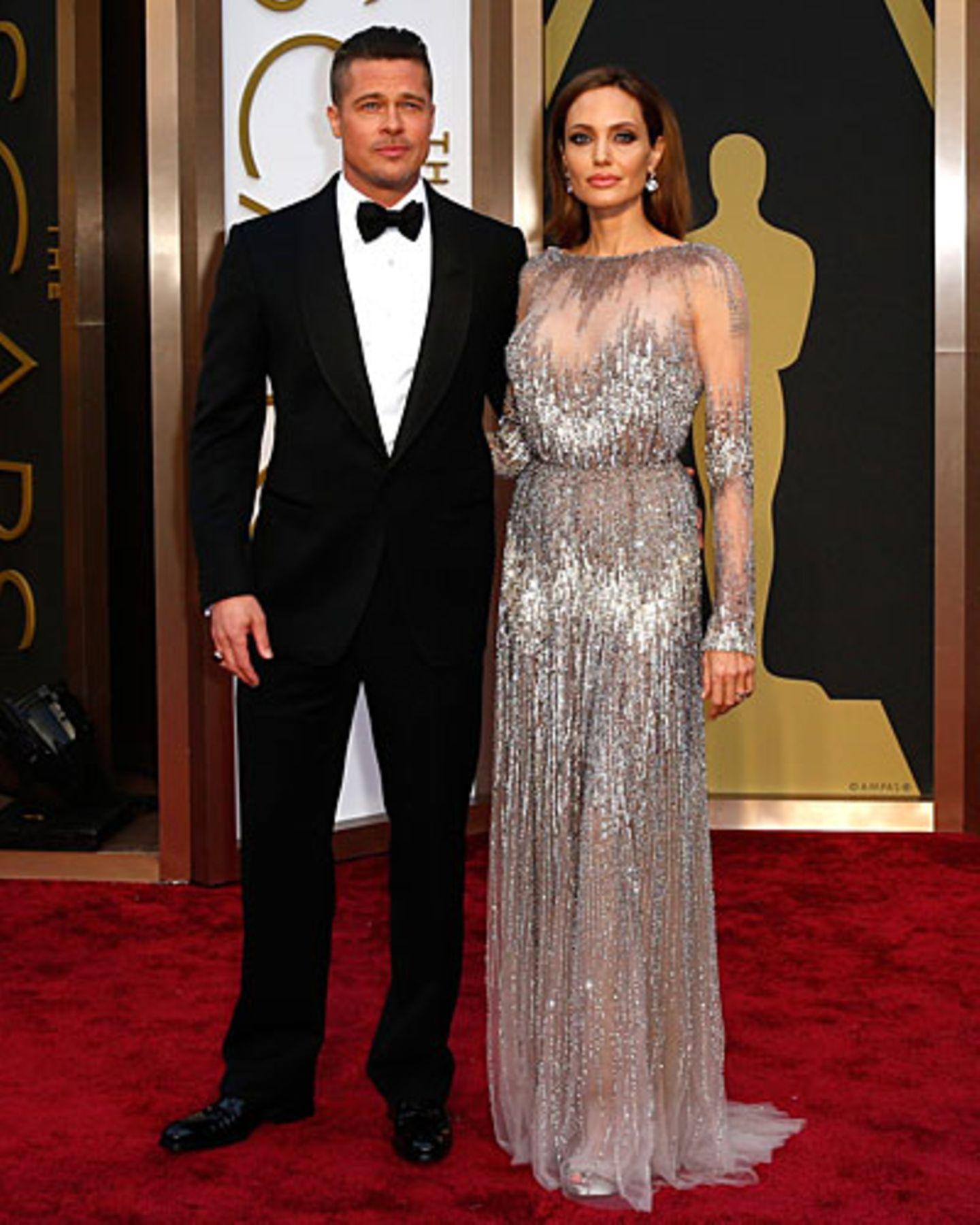 Er sagt: Ich möchte einen Lametta-Scherz machen. Aber das habe ich, glaube ich, schon letztes Jahr bei Angelina Jolie getan. Sie sagt: Wer macht eigentlich jetzt bei denen Babysitting, wenn beide bei den Oscars sind? Auch Liev Schreiber? Angelina sieht übrigens strahlend schön aus. Elegant kann sie. Oder fällt dir spontan ein Kleid ein, mit dem sie daneben lag? Er sagt: Naja...hast du das Jahr vergessen, wo Kleid und Fotopose zusammen etwas seltsam waren?