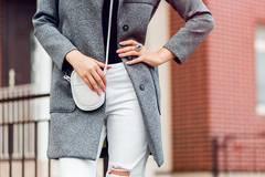 1 Trend, 2 Größen: So stylt ihr die neue It-Jeans