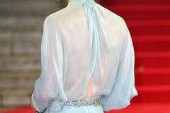 """Mit diesem schönen Rückenausschnitt betrat sie mit Prinz William und dessen Bruder Prinz Harry den roten Teppich vor der """"Royal Albert Hall"""". Zum Outfit wählte Kate übrigens goldene Jimmy-Choo-Pumps und eine Clutch ihrer Lieblingsdesignerin Jenny Packham."""