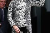 """Da war sie noch im 7. Monat schwanger: Kate Middleton bei einem öffentlichen Termin im Dalmatiner-Kleid des Labels 'Hobbs'. Zwar stand ihr das Kleid sehr gut, dennoch wurde der Look noch wochenlang als """"ungewöhnlich"""" und """"riskant"""" betitelt. Zum ersten Mal trug sie den schönen Stoff allerdings nicht - bereits in ihrer ersten Schwangerschaft, konnte man das Kleid zur Schiffstaufe der """"Royal Princess"""" begutachten."""