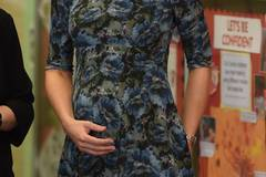 Moderne Prints oder altmodisches Muster? Hochschwanger besuchte Kate Middleton Anfang des Jahres das 'Cape Hill Children's Center' und trug dabei ein umstrittenes Kleid des Labels 'Seraphine'.
