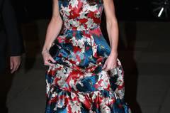 """Bei diesem Kleid spalten sich die Meinungen: Zum """"100 Women In Hedge Funds""""-Dinner erschien Kate in einem roten, bodenlangen Seidenkleid mit Blumenmuster. """"Traumhaft"""", sagen die einen, """"zu bunt und kitschig"""" sagen ihre Kritiker."""