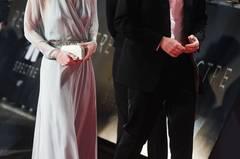 """Trägt sie nun einen BH oder nicht? Mit ihrer wallenden Traumrobe aus pastellblauem Seiden-Chiffon und einem Kristall-Gürtel sorgte Kate Middleton bei der """"James Bond: Spectre""""- Premiere in London für den Aufreger des Abends. Das Dekolletée war zwar nicht transparent, dafür aber der Rücken, der keinen Zweifel daran ließ, dass die Britin ihren Büstenhalter zuhause gelassen hat."""