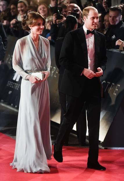 """Royale Kleider: Trägt sie nun einen BH oder nicht? Mit ihrer wallenden Traumrobe aus pastellblauem Seiden-Chiffon und einem Kristall-Gürtel sorgte Kate Middleton bei der """"James Bond: Spectre""""- Premiere in London für den Aufreger des Abends. Das Dekolletée war zwar nicht transparent, dafür aber der Rücken, der keinen Zweifel daran ließ, dass die Britin ihren Büstenhalter zuhause gelassen hat."""