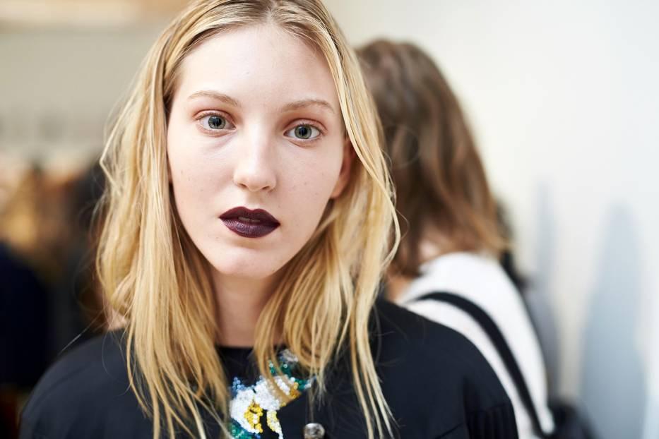 Make-up Trends 2017: Lippenstift in Beerentönen bei Burberry Prorsum
