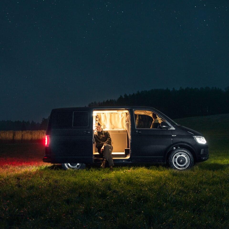 Gemütlicher geht's nicht: Möbeldesigner baut Campingbus