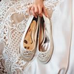Braut trägt flache weiße Ballerinas