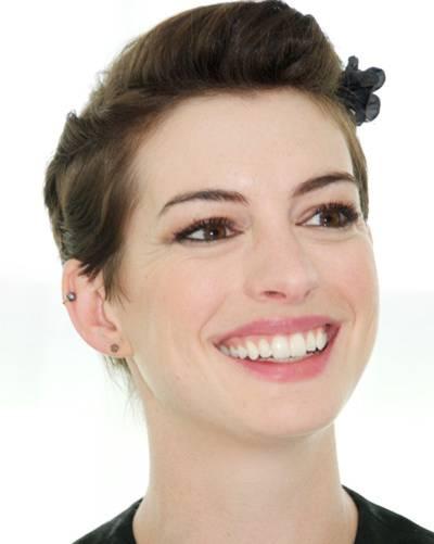 Anne Hathaway mit kurzen Haaren