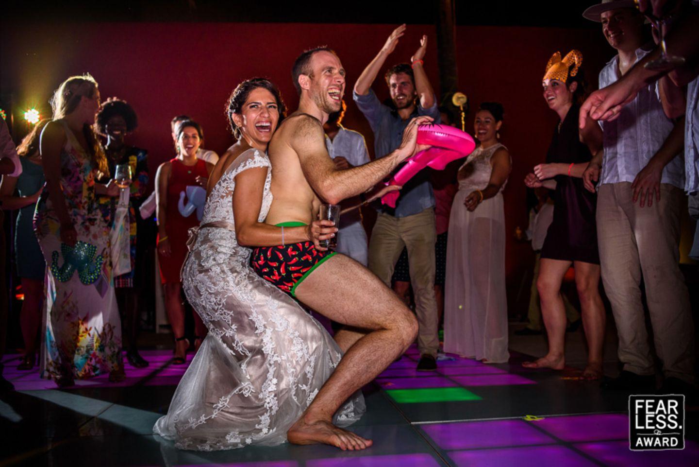 Auf die Liebe, auf das Leben: Nirgendwo geht es so turbulent zu, wie vor, während und nach Hochzeitsfeiern. Die Fotografen, die es mit ihren Bildern zu den Fearless Awards geschafft haben, haben ein gutes Gespür für die große Romantik dieses besonderen Tages - aber auch für die stillen Augenblicke, in denen die wahren Gefühle nicht länger zurückgehalten werden können. Ob aufwendige Inszenierung, oder unglaublicher Schnappschuss: Jedes dieser Bilder erzählt eine aufregende Geschichte, rund um den größten Tag der Liebe!