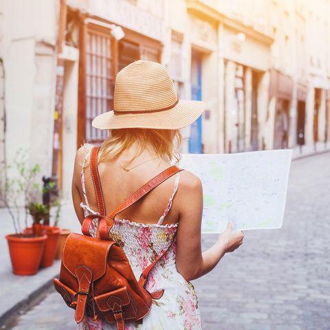 Frau mit Stadtkarte