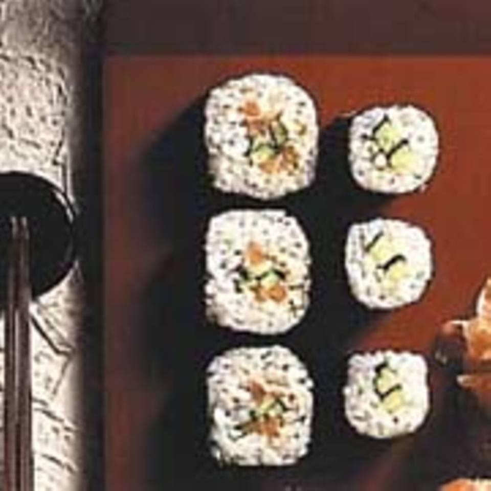 Sushi mit Lachs und Gurke