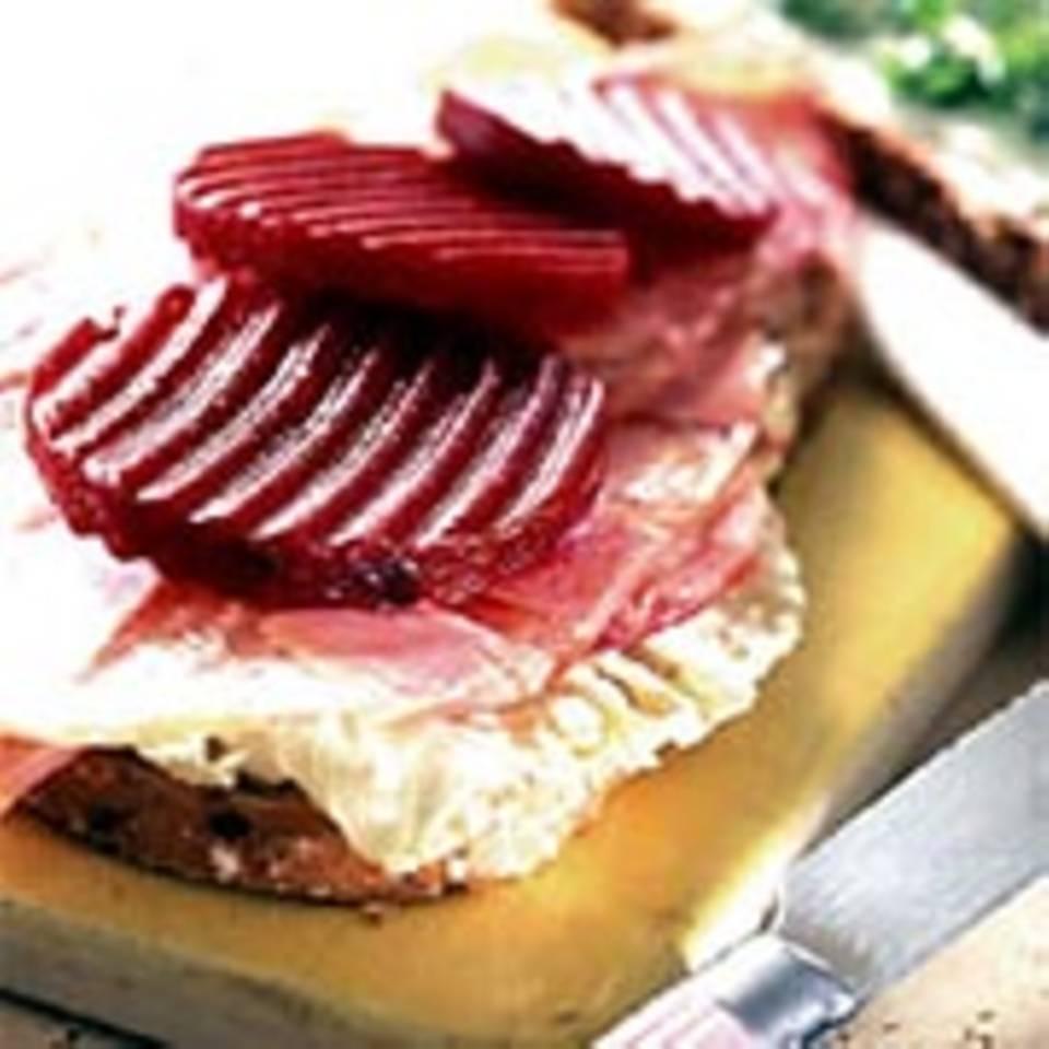 Sandwich mit Schinkensülze und roter Bete
