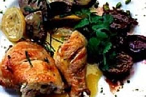 Lammragout und Hähnchenkeulen mit karamellisierten Pflaumen