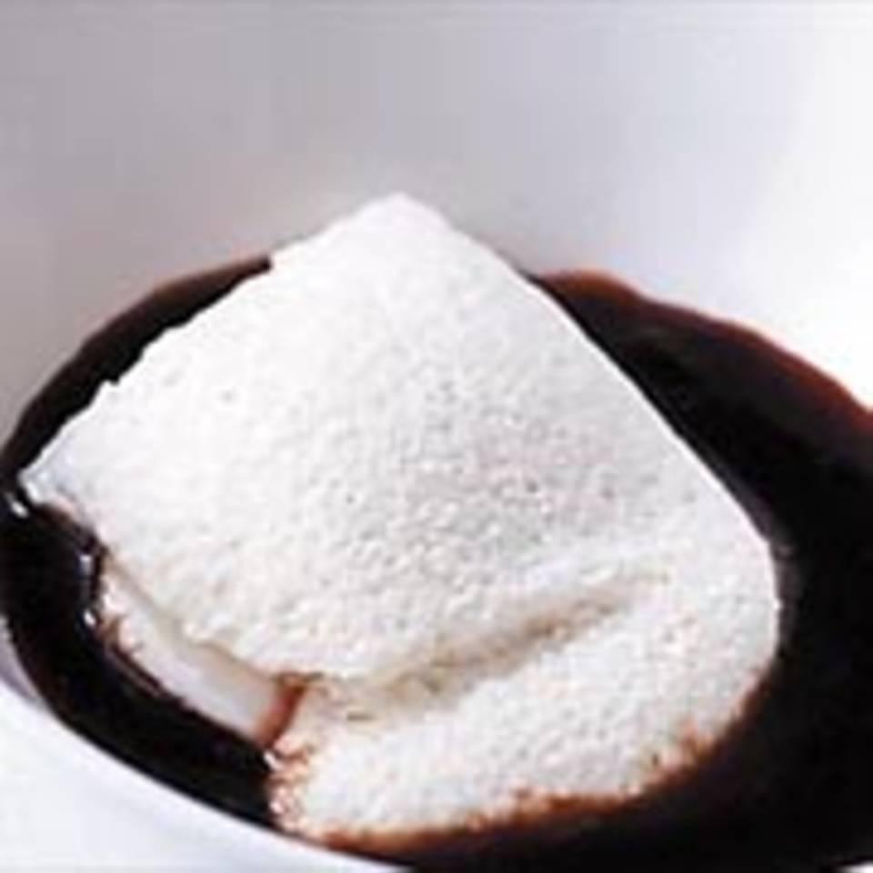 Joghurt-Mousse mit warmer Pflaumensoße