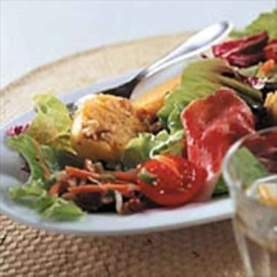 Polentataler auf Blattsalat