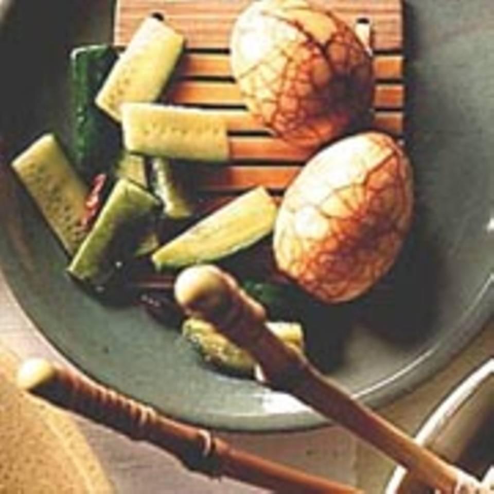Marmor-Eier mit marinierten Gurken