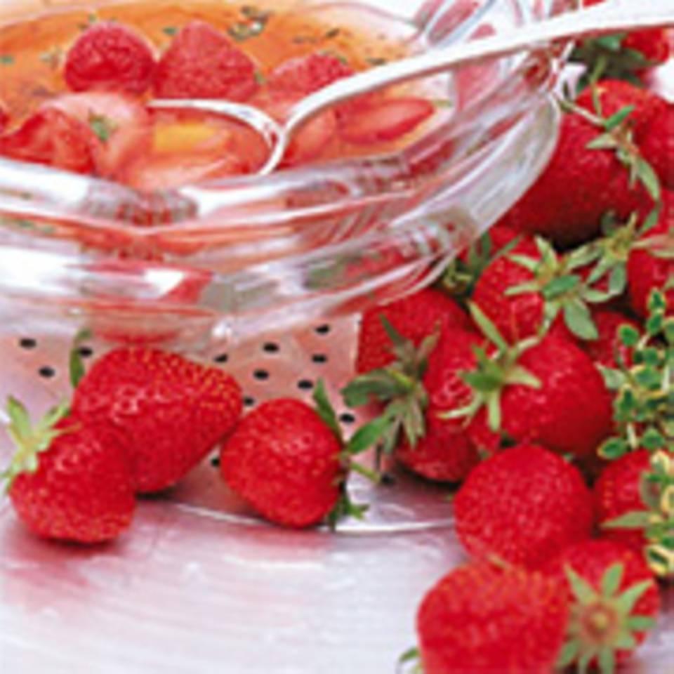 Erdbeer-Kaltschale mit Zitronenthymian