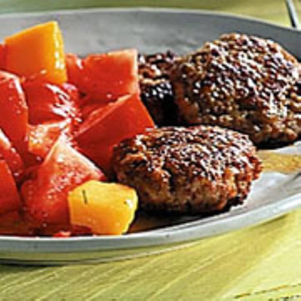 Tomatensalat mit Mango und Mett-Frikadellen