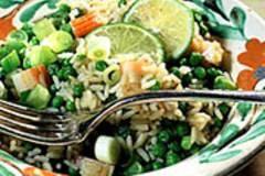 Reispfanne mit Erbsen und Surimi