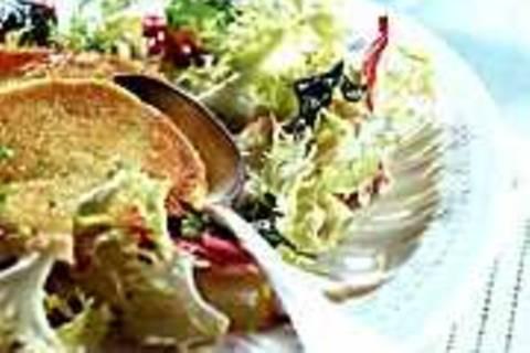 Warmer Ziegenkäse auf Frisée-Salat
