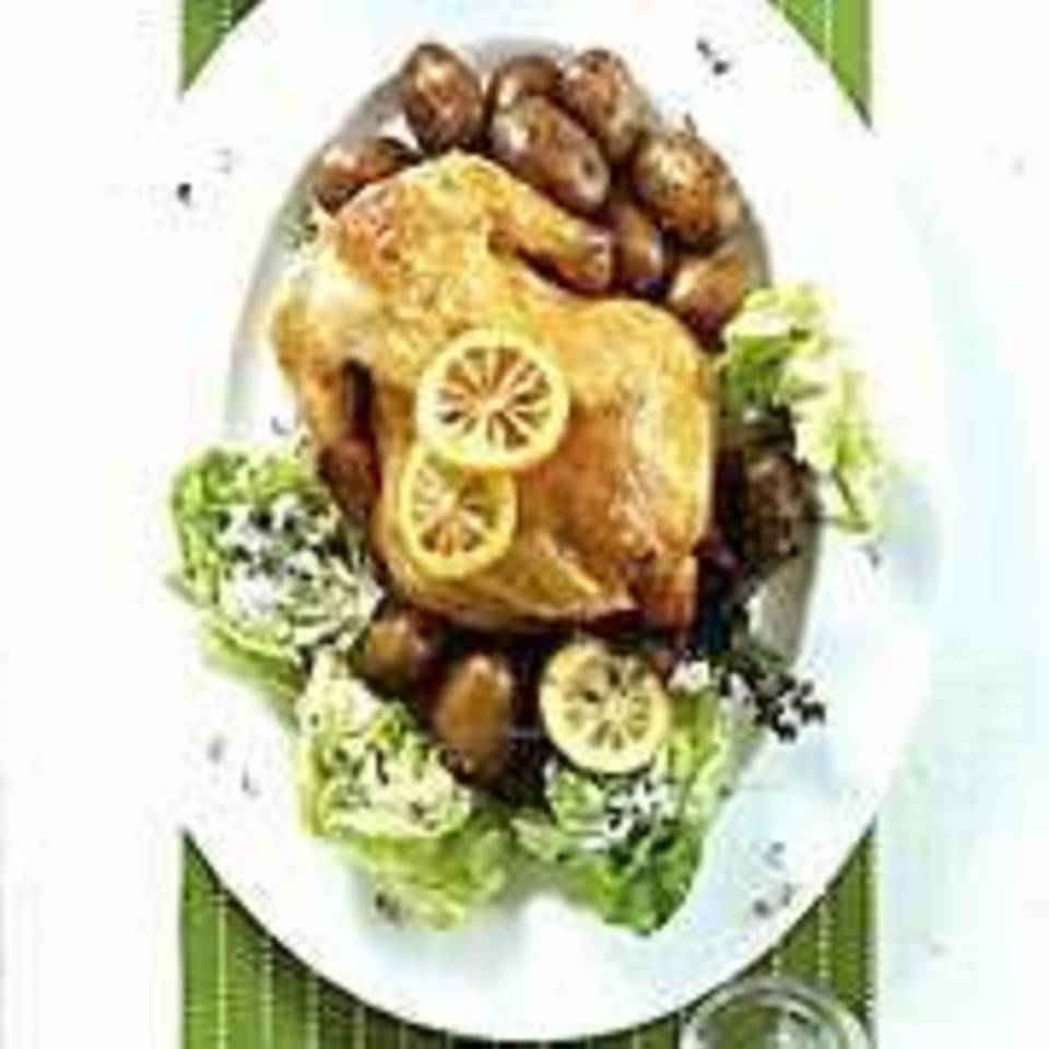 Gebratenes Huhn mit Schloßkartoffeln und Kopfsalatherzen