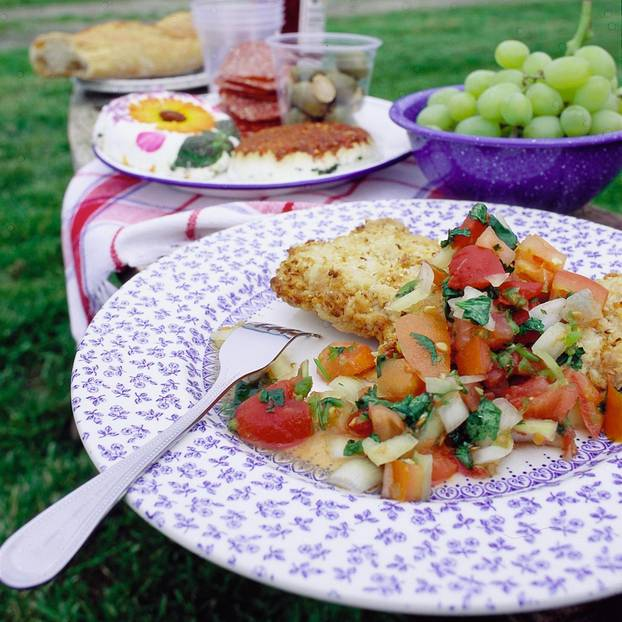 Sesamschnitzel mit Tomaten-Zwiebel-Salat
