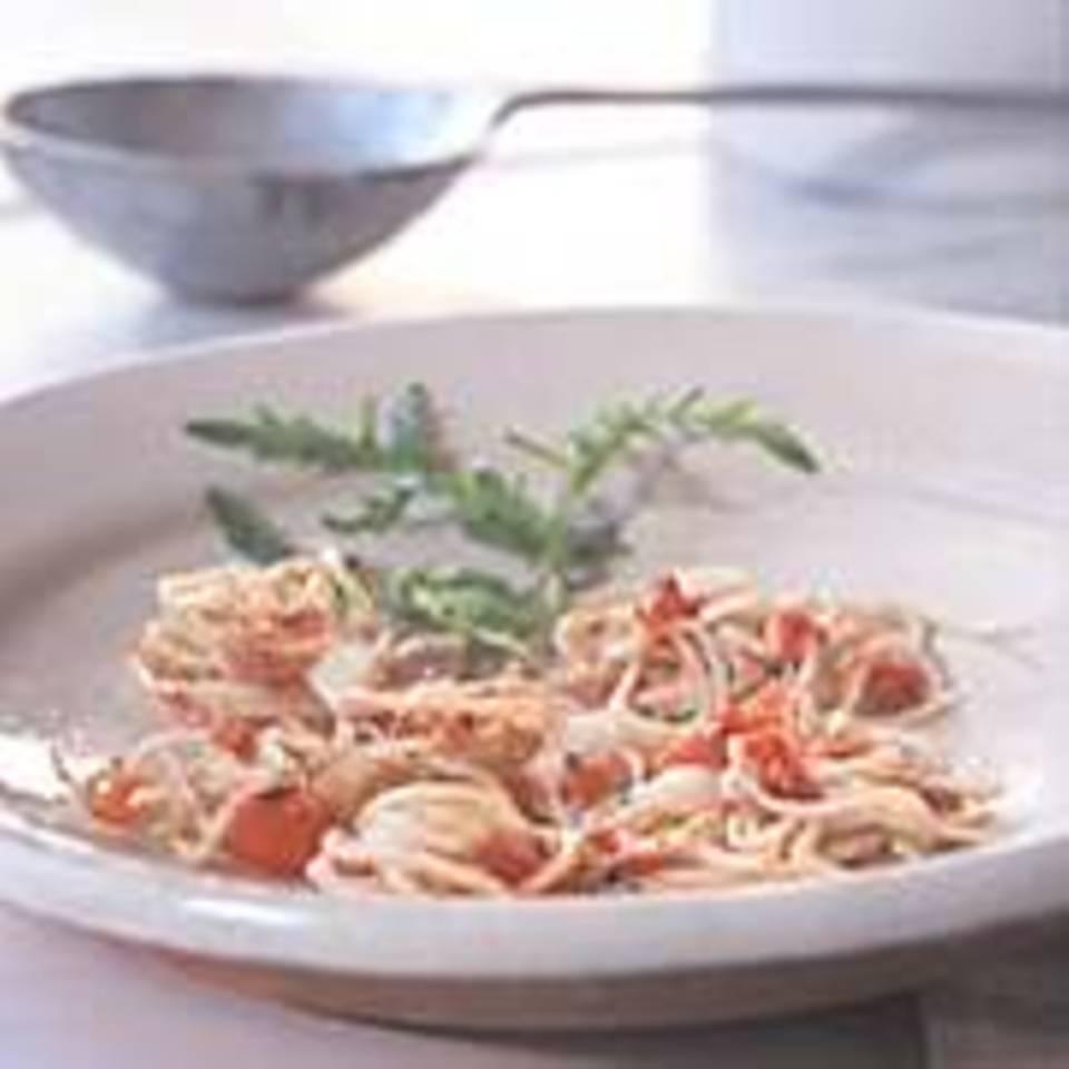 Feine Bandnudeln mit Tomaten und Camembert