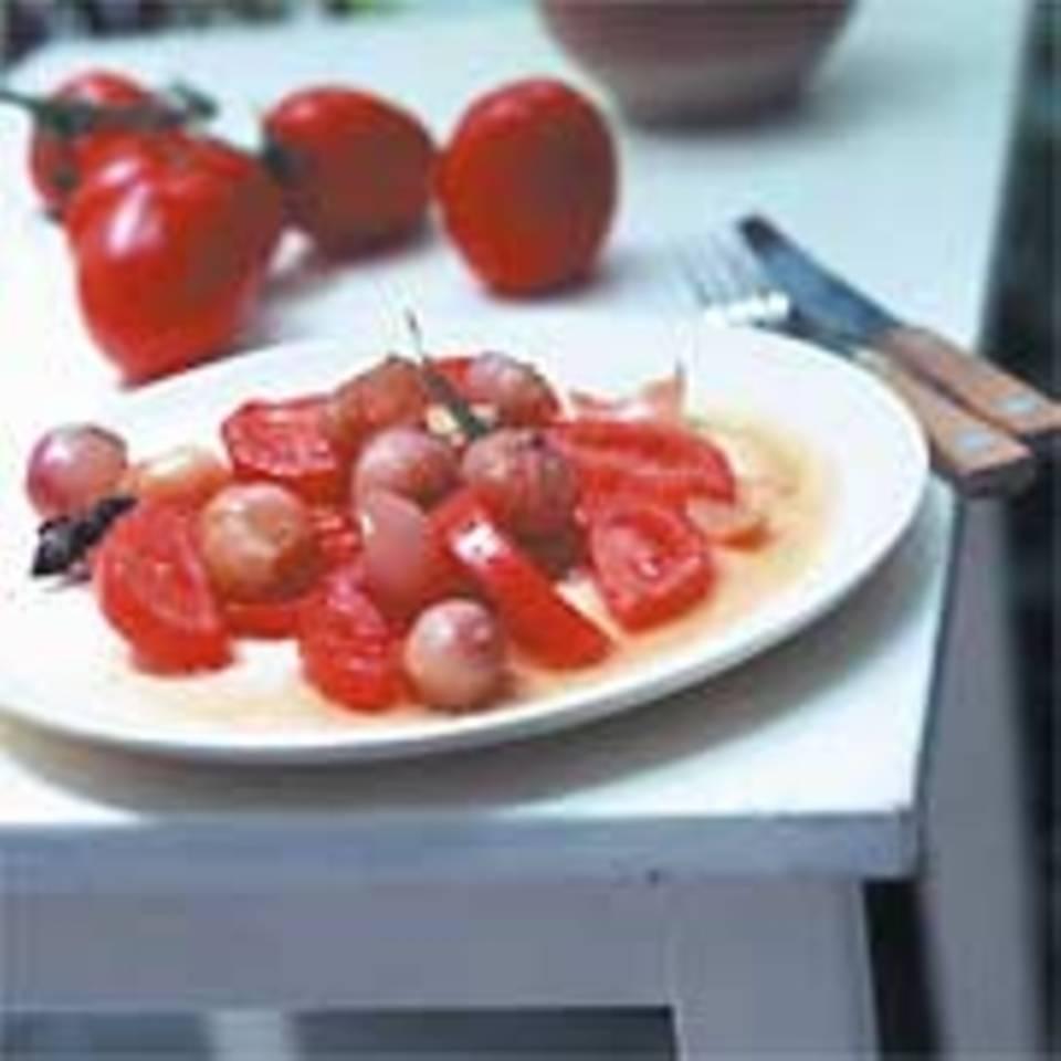 Tomatensalat mit geschmorten Portweinzwiebeln