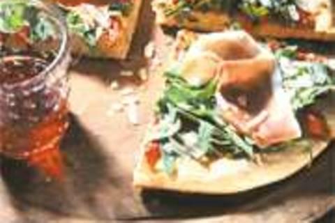 Kartoffelpizza mit Rauke und Schinken