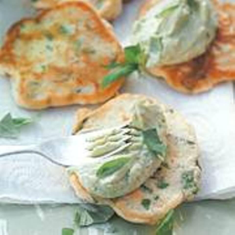 Basilikum-Pfannkuchen mit Avocadocreme