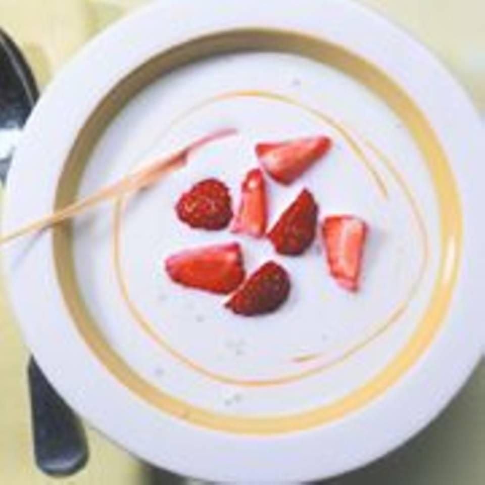 Kokosmilchsuppe mit Zitronengras und Erdbeeren