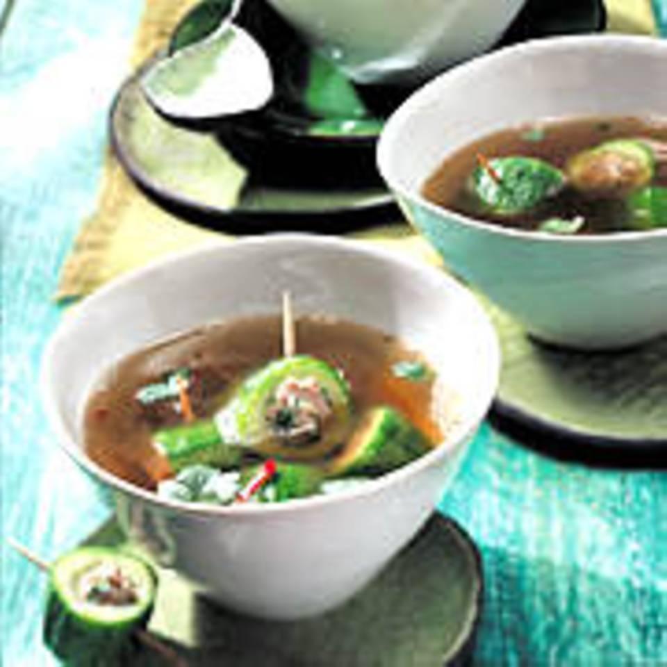 Asiatische Bouillon mit gefüllten Gurken