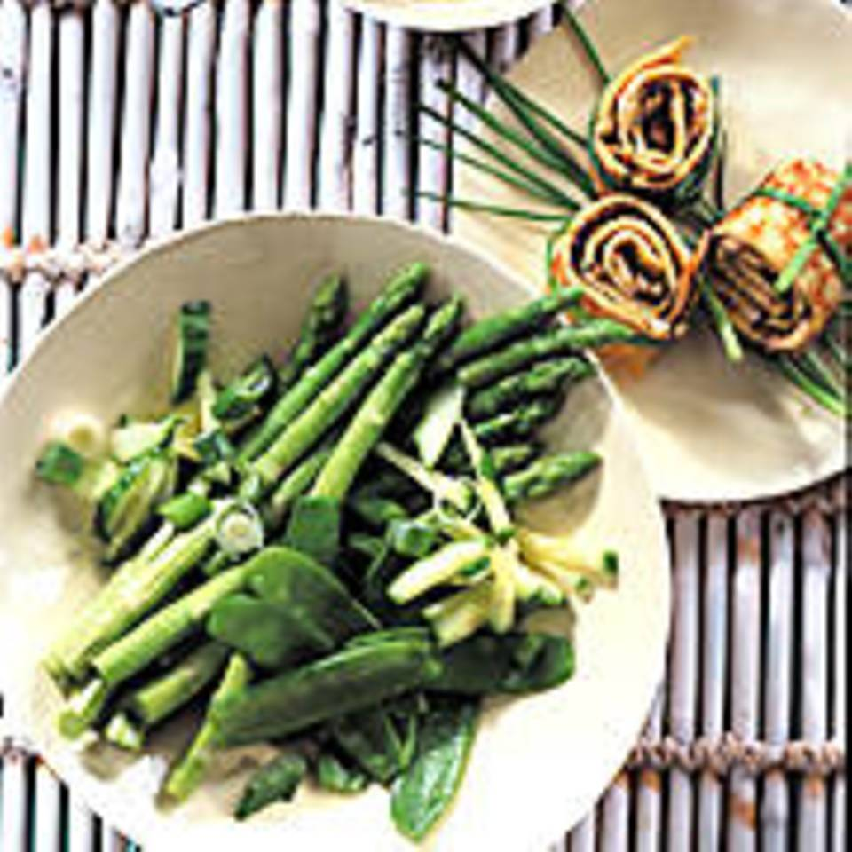 Asia-Salat mit Omelett-Röllchen
