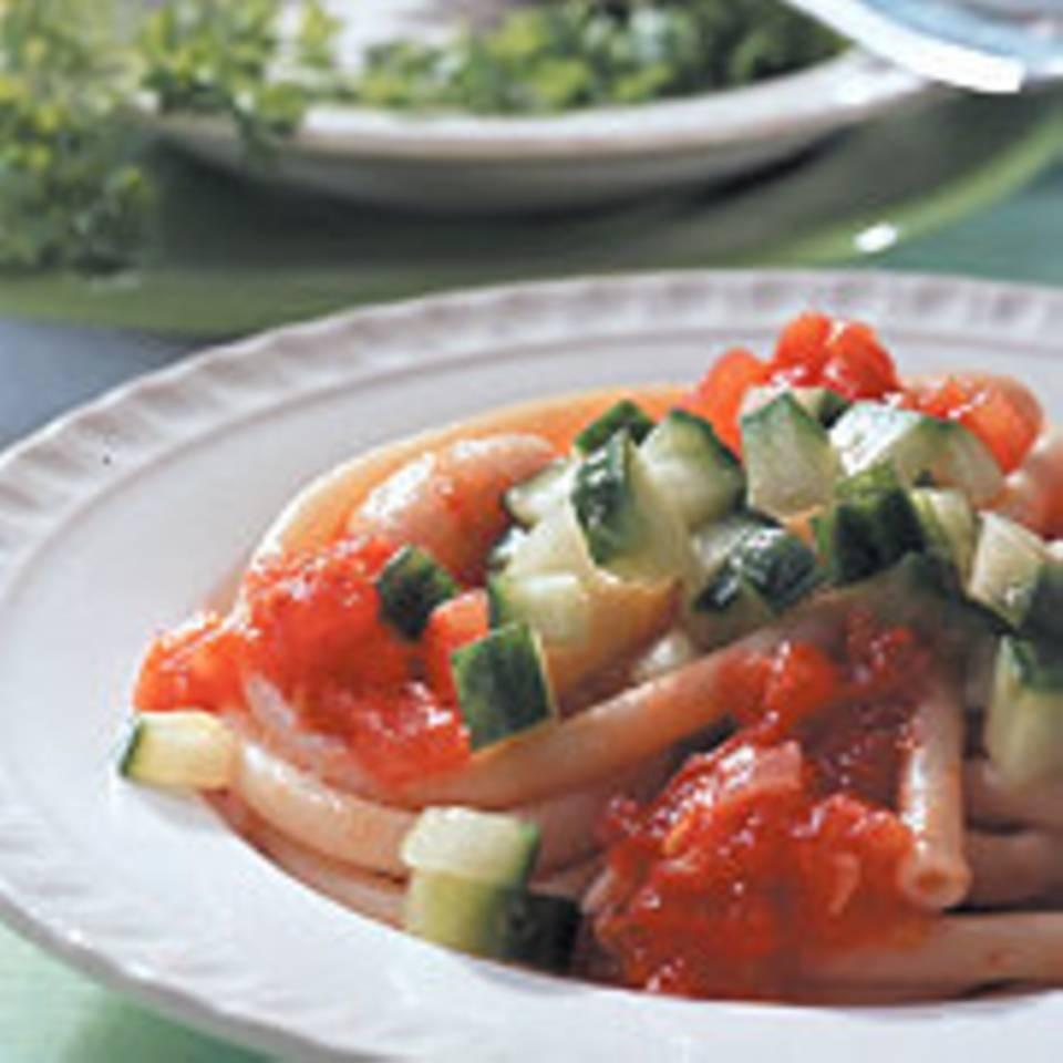 Makkaroni mit weißen Bohnen und Gurke